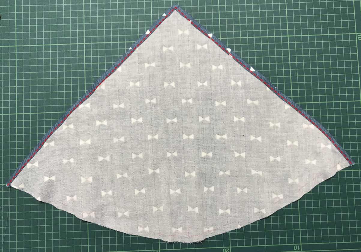 三角巾本体の端を縫う